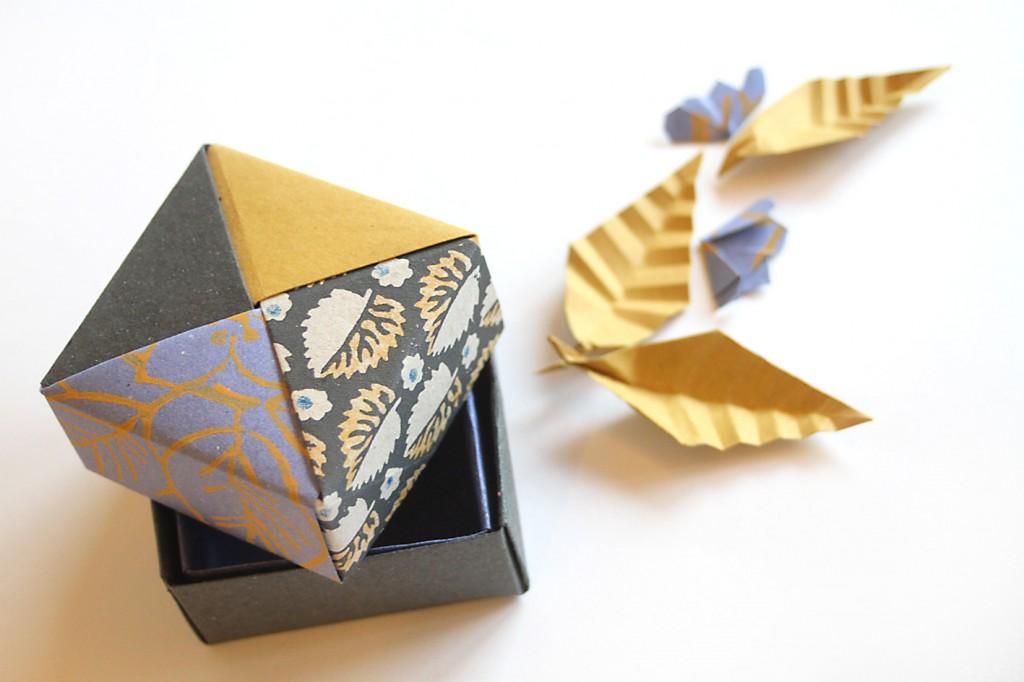 1a  scatola doppio fondo  modello tradizionale Masu, coperchio scatola modulare di Tomoko Fuse, foglia e fiore di ciliegio di Akira Yoshizawa