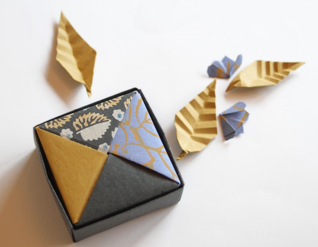 1b  scatola doppio fondo  modello tradizionale Masu, coperchio scatola modulare di Tomoko Fuse, foglia e fiore di ciliegio di Akira Yoshizawa